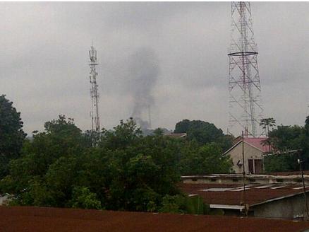 La fumée montait du camp TSHATHI durant les tirs de ce lundi 30 décembre 2012 à Kinshasa