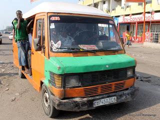 Un taxi bus de marque Mercedes 207 transportant des passagers sur l'avenue de Libération (ex- 24 novembre) à la hauteur pond reliant le rond point Mulard et le Parking Kimbondo à Bandalungwa le 24/05/2013 à Kinshasa. Radio Okapi/Ph. John Bompengo