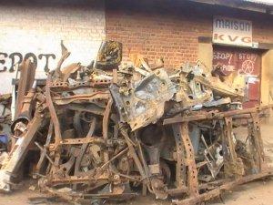 Amassage des dechets metaliques à Beni. Photo: Henri Siro