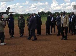 Joseph Kabila accueilli par Juelien Paluku à l'aéroport de Mavivi/Beni (Ph. Kemal M.)