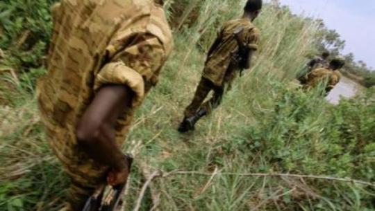 Des soldats burundais en patrouille. (Ph. Bobby M./Getty images)
